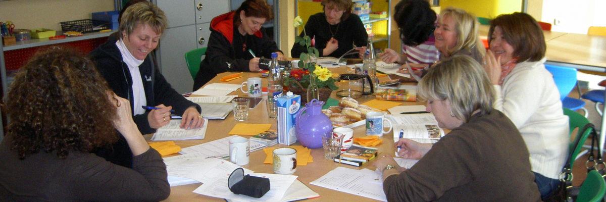 Das pädagogische Personal der OGS Kämpchen füllt einen Fragebogen aus, um über die Projektzeit hinaus die Nachhaltigkeit der Arbeit überprüfen zu können.